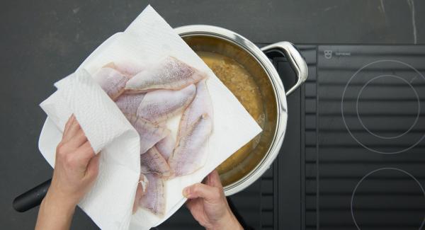 Limpiar el pescado, secar con papel de cocina, salar ligeramente y añadir un poco de zumo de limón.