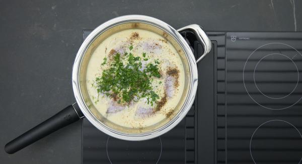 Añadir el pescado a la olla con la salsa picante, bajar el fuego y dejar reposar unos 5 minutos con la tapa puesta, dependiendo del tamaño de los filetes. Sazonar, picar finamente las hojas de eneldo y estragón e incorporarlas.
