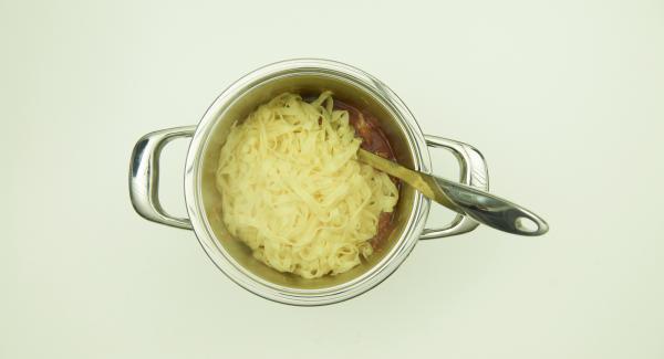 Finalizado el tiempo de cocción, escurrir la pasta. Mezclar los tallarines con la salsa boloñesa, espolvorear el parmesano y servir.