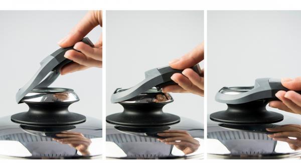 """Poner los dados de bacon en el sartén y tapar. Colocar la sartén en el fuego a temperatura máxima. Encender el Avisador (Audiotherm), colocarlo en el pomo (Visiotherm) y girar hasta que se muestre el símbolo de """"chuleta""""."""