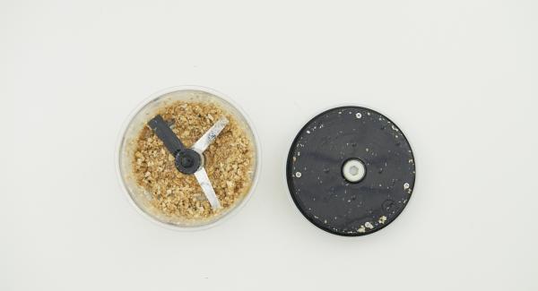 Introducir los anacardos, las semillas de sésamo y la miel en QuickCut y picar finamente.