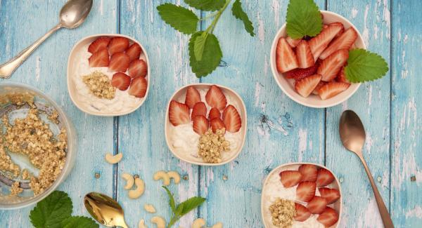 Remover la mezcla de yogur y leche, añadir los frutos secos picados y colocar las fresas por encima.