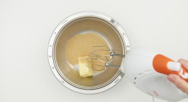 En un bol, añadir la mantequilla a temperatura ambiente y el azúcar moreno. Batir hasta que quede cremosa. Añadir el azúcar vainillado, la ralladura de la piel de limón y el huevo.