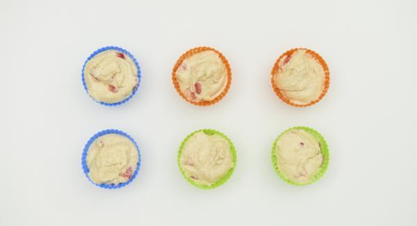 Si es necesario, engrasar los moldes de magdalenas (aprox. 50 ml cada una) y verter la masa. Introducir las magdalenas en la Softiera.
