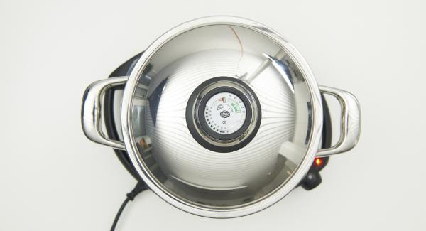 """Cuando el Avisador emita un pitido al llegar a la ventana de """"chuleta"""", bajar temperatura de Navigenio nivel 2, colocar la Softiera en la olla y tapar.  Cocinar durante 15 minutos aproximadamente."""