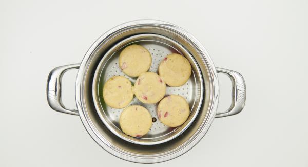Colocar el Navigenio en modo de horno (poniéndolo invertido encima de la olla) y ajustar a temperatura baja. Cuando el Navigenio parpadee en rojo/azul, introducir 7 minutos en el Avisador  y hornear hasta que esté dorado.