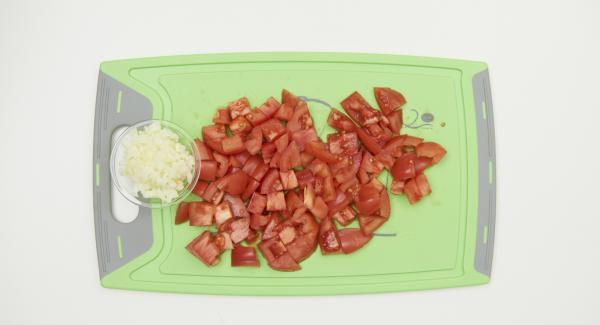 Pelar y cortar la cebolla en dados finos, limpiar los tomates y cortarlos en dados pequeños.