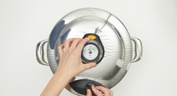 Colocar la olla en una superficie resistente al calor o sobre una tapa invertida y dejar despresurizar.
