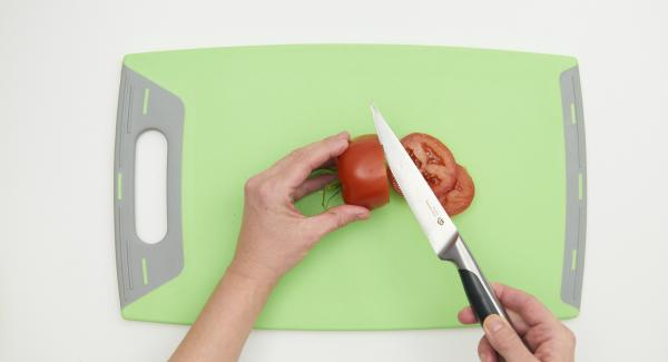 Limpiar los tomates y cortarlos en rodajas.