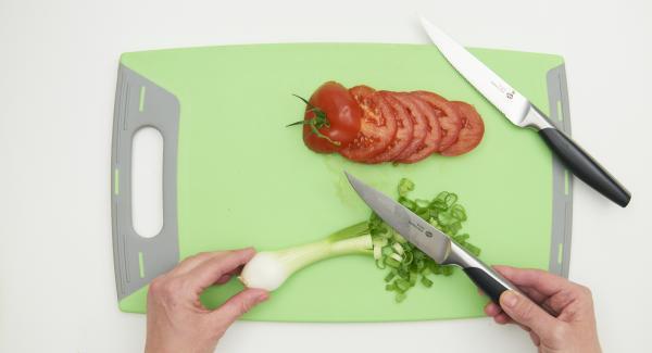Limpiar y pelar las cebolletas y cortarlas en aros.