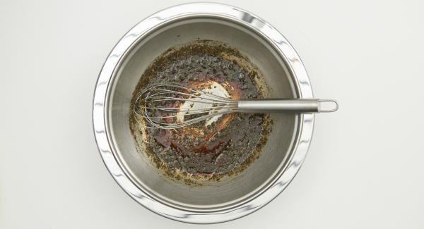 En un bol, añadir el vinagre, aceite, sal, pimienta, las especias y mezclar.
