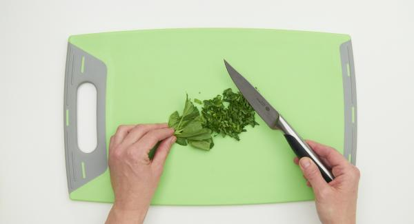 Picar las hojas de albahaca, servir la ensalada con la salsa y las hojas de albahaca.