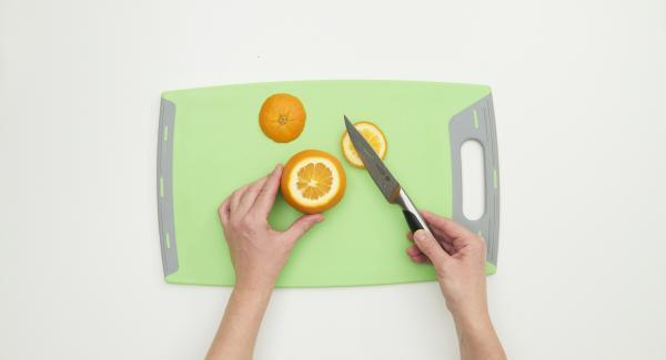 Pelar el plátano, la naranja y cortarlos en rodajas o en dados. Lavar y cortar bien las fresas, las uvas y las manzanas.