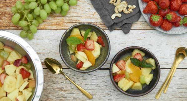 Verter el zumo de la naranja sobre la fruta y mezclar.
