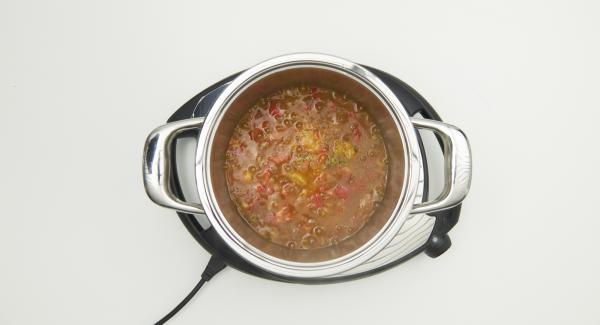 Cuando haya finalizado el tiempo de cocción, verter inmediatamente la salsa agridulce en tarros bien limpios y taparlos. Girar los tarros al revés durante unos 10 minutos. Volver a dar la vuelta a los tarros y dejar que se enfríen completamente.