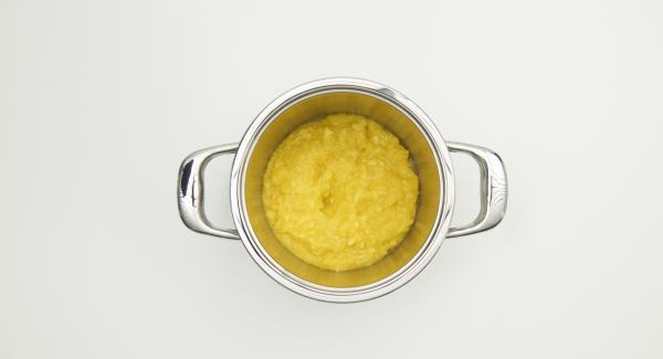 Lavar el pimiento y las guindillas, pelar la cebolla, el ajo y el jengibre, cortarlo todo a trozos pequeños con el Quick Cut e incorporarlo a la carne del mango.