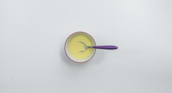 Separar las claras y las yemas. Batir las yemas de huevo con la crema de queso, el azúcar de vainilla y la maicena. Montar la clara de huevo con 1 pizca de sal hasta que esté a punto de nieve, añadiendo azúcar poco a poco.