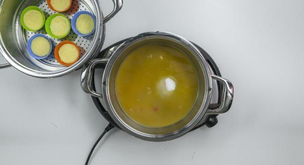 Al finalizar el tiempo de cocción, retirar la Tapa Súper-Vapor, extraer el Accesorio Súper-Vapor. Añadir el azúcar y el zumo a la olla y colocarla en el Navigenio a temperatura máxima (nivel 6) dejando que el líquido se reduzca un poco.