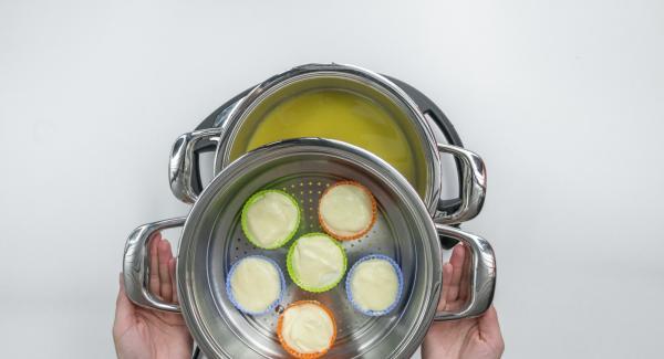 Colocar el Accesorio Súper-Vapor sobre la olla y tapar con la Tapa Súper-Vapor.