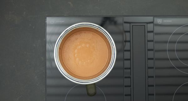 """Cuando el Avisador emita un pitido al llegar a la ventana de """"zanahoria"""", bajar la temperatura. Agregar el queso gorgonzola, el parmesano, la nata y cocinar a fuego lento revolviendo de vez en cuando, hasta obtener una salsa suave y cremosa."""