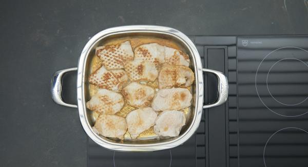 Girar las chuletas y asarlas de nuevo hasta alcanzar la temperatura de 90º con la ayuda del Avisador. Deshojar el perejil y picar finamente.