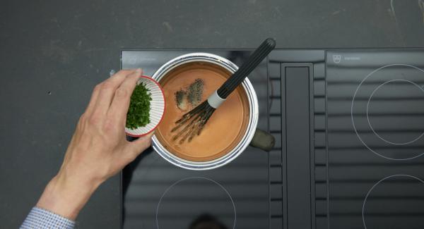 Añadir el perejil a la salsa y sazonar al gusto, mezclar bien la pasta y sazonar la carne con sal y pimienta.