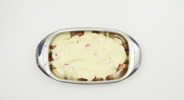 Cortar las fresas restantes en rodajas, añadir la mitad sobre los melindros. Verter la mitad de la crema por encima. Añadir otra capa de melindros y el resto de la salsa de fresa. Dejar reposar un rato y añadir el resto de las rodajas de fresa y el resto de la crema.