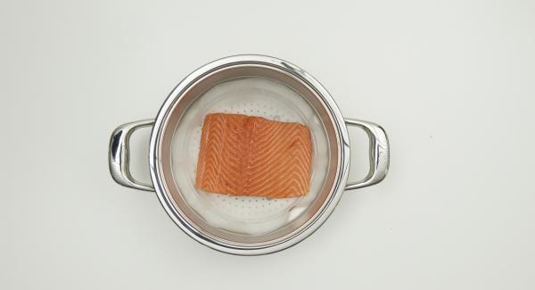 Con la tapa de 24 cm, recortar un círculo de papel de hornear y colocarlo en el accesorio Súper-Vapor. Enjuagar el salmón con agua fría, secar con un papel o un trapo y colocar en el accesorio Súper-Vapor.