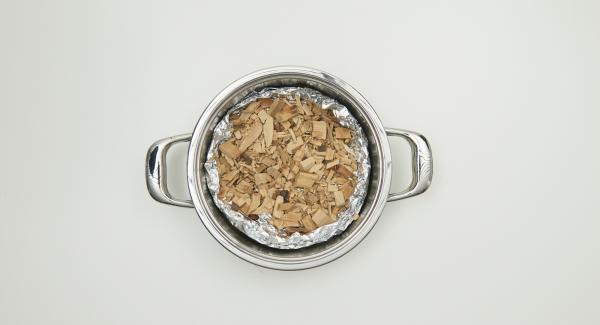 """Cubrir el fondo de la olla con papel de aluminio, colocar las virutas de madera en el interior y tapar. Colocar la olla en el Navigenio a temperatura máxima nivel 6. Encender el Audiotherm Plus, colocarlo en el pomo (Visiotherm) y girar hasta que aparezca el símbolo """"chuleta""""."""