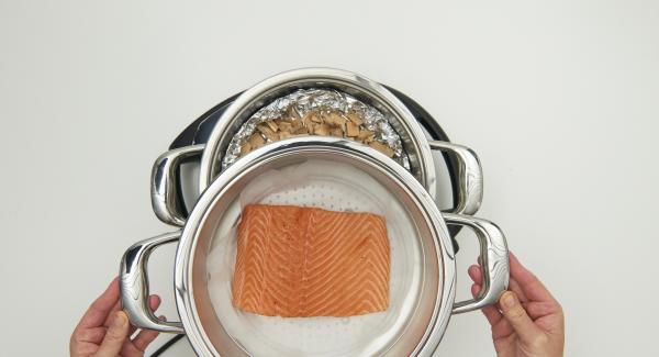 """En cuanto el Audiotherm Plus emita un pitido al llegar a la ventana """"chuleta"""", colocar el accesorio Súper-Vapor, con el salmón encima y volver a colocar la tapa."""