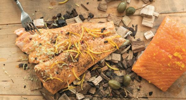 El salmón ahumado y cocido se puede servir directamente, caliente o frío.