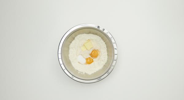 Añadir todos los demás ingredientes, incluida la yema de huevo, y amasar todo hasta conseguir una masa suave. Cubrir de nuevo y dejar reposar hasta que el volumen de la masa se haya duplicado.