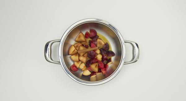 Limpiar las frutas y cortarlas en trozos. En la olla mezclar el zumo, la canela y azúcar al gusto.