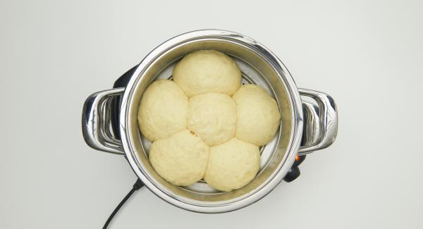 Una vez finalizado el tiempo de cocción, retirar el Accesorio Súper-Vapor y servir los Dumplings con la compota de frutas caliente.