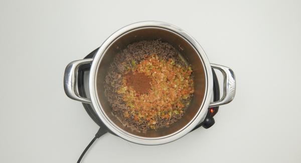 Añadir la mezcla de verduras cortadas, AMC Intenso, los tomates pelados y la salsa de tomate. Añadir también el caldo de carne y las alubias rojas secas.