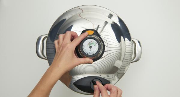 Cuando el Audiotherm Plus emita un pitido al finalizar el tiempo de cocción, colocar la Tapa Rápida sobre una tapa invertida o sobre una superficie resistente al calor y dejar despresurizar. Retirar la Tapa Rápida y sazonar al gusto.