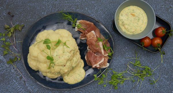 Colocar la coliflor en una fuente y añadir la salsa. Servir con jamón y cress al gusto.