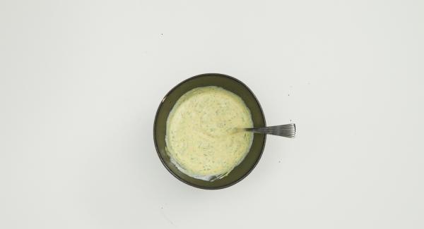 En un recipiente, mezclar el yogur, la mermelada de albaricoque y la mostaza. Cortar el chile en trozos pequeños, deshojar el perejil y picar finamente, añadirlo a la mezcla de yogur y sazonar.
