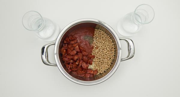 Retirar la piel del chorizo y cortar en trozos pequeños. Introducirlo en una olla junto con el agua y el resto de ingredientes. Mezclar y colocar la Tapa Rápida y cerrar.