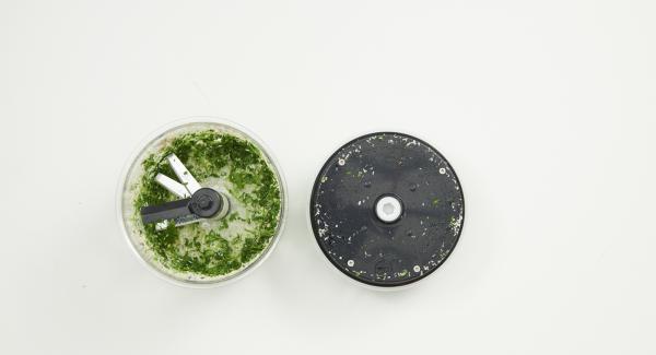 Deshijar las hojas de cilantro y picar finamente en Quick Cut junto con el azúcar y el resto de ingredientes.