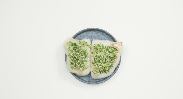 Extender la mezcla de cilantro sobre los filetes de pescado. Introducir los filetes en dentro de una bolsa de vacío resistente al calor y envasar el pescado al vacío. Dejar marinar en la nevera durante 1 hora aproximadamente.