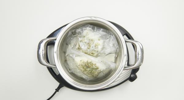 Una vez finalizado el tiempo de cocción, retirar la olla de Navigenio. Retirar el pescado de la bolsa de vacío, escurrir un poco, espolvorear con sal marina y servir inmediatamente.