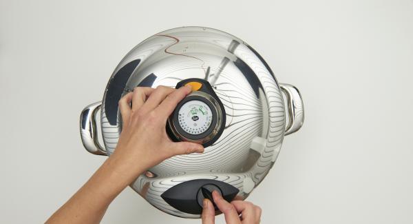 Cuando el Audiotherm Plus emita un pitido al finalizar el tiempo de cocción, colocar la Tapa Rápida sobre una tapa invertida o sobre una superficie resistente al calor y dejar despresurizar. Sazonar al gusto y servir.