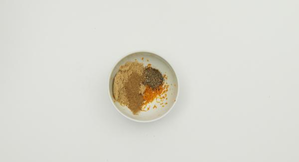 Lavar la naranja con agua caliente y luego rallar la piel. Mezclar con el azúcar, AMC Trío Pimientas y el cilantro. En un recipiente cubrir el salmón con esta mezcla. Tapar, introducir en la nevera y dejar marinar durante aproximadamente 2 horas.