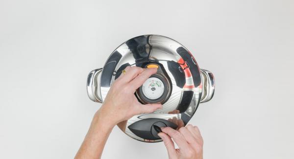 Al finalizar el tiempo de cocción, colocar la olla con la Tapa Rápida en una superficie resistente al calor y dejar despresurizar.