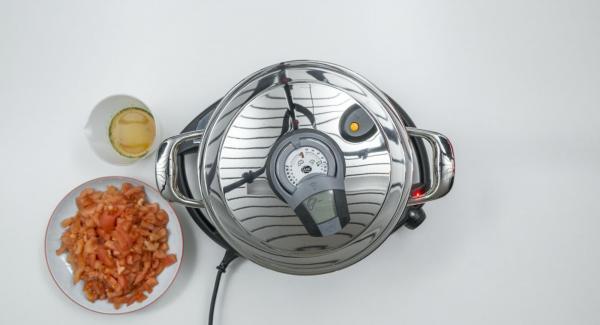 """Cuando el Avisador emita un pitido al llegar a la ventana de """"chuleta"""", bajar temperatura de Navigenio (nivel 2) destapar y sofreír la cebolla. Añadir el tomate, el caldo de verduras y añadir los pimientos."""