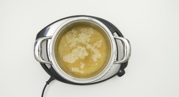 """Mezclar el arroz y el caldo de verduras en una olla. Tapar con la Tapa Rápida y colocar la olla en el Navigenio y seleccionar la función """"A"""". Introducir """"P"""" de tiempo de cocción en el Avisador (Audiotherm), colocarlo en el pomo (Visiotherm) girar hasta que aparezca el símbolo de """"soft""""."""