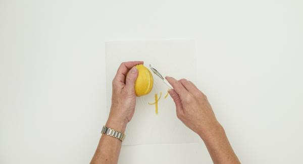 Lavar el limón, secar, pelar la cáscara amarilla en tiras finas y secar en papel de cocina durante 24 horas.