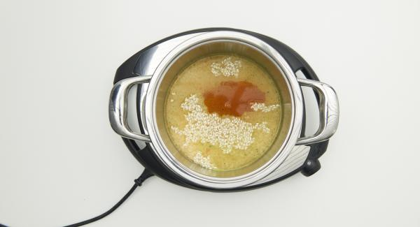"""En una olla, mezclar el arroz con el caldo de verduras y el azafrán,  tapar con la Tapa Rápida. Colocar la olla en Navigenio a temperatura baja, seleccionar la función """"A"""", introducir el ajuste de tiempo """"P"""" en el Avisador. Colocarlo en el pomo girar hasta que aparezca el símbolo de """"soft"""" . Al finalizar el tiempo de cocción dejar despresurizar."""