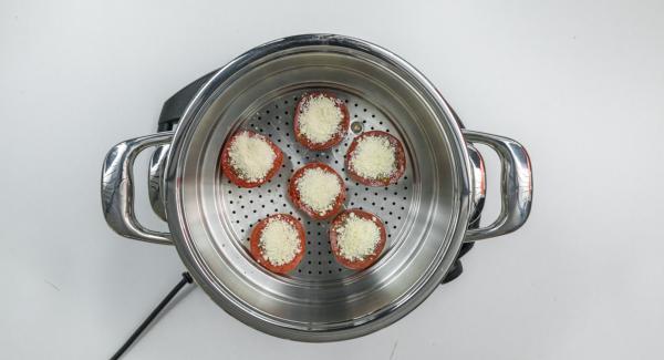 """Colocar en el accesorio súper-vapor en la olla y tapar.Colocar una olla en el Navigenio y seleccionar la función """"A"""", encender el Avisador (Audiotherm), introducir 4 minutos de tiempo de cocción. Colocarlo en el pomo (Visiotherm) y girar hasta que aparezca el símbolo de """"zanahoria""""."""